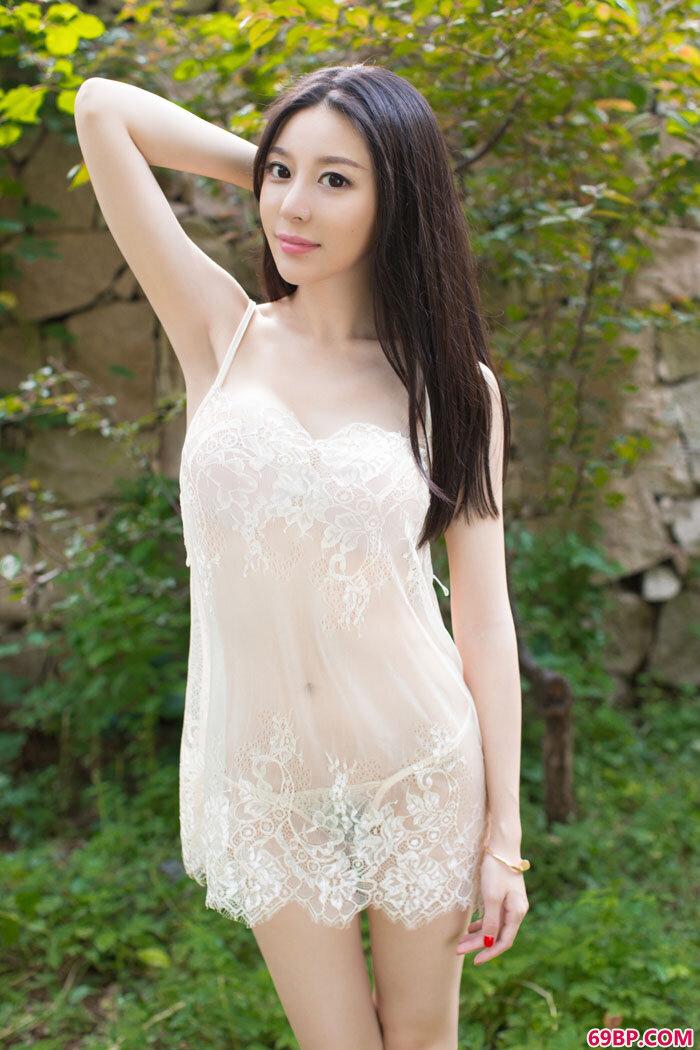 尤果慕羽茜丰臀白色连体服巨奶尽现_经典欧美式X0X0又黄动态图