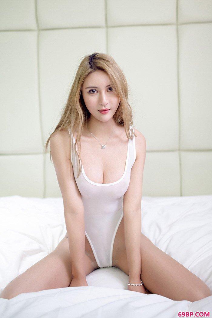 美腿嫩模尹菲诱惑丝臀吸引你眼球_女性极品服务小150p
