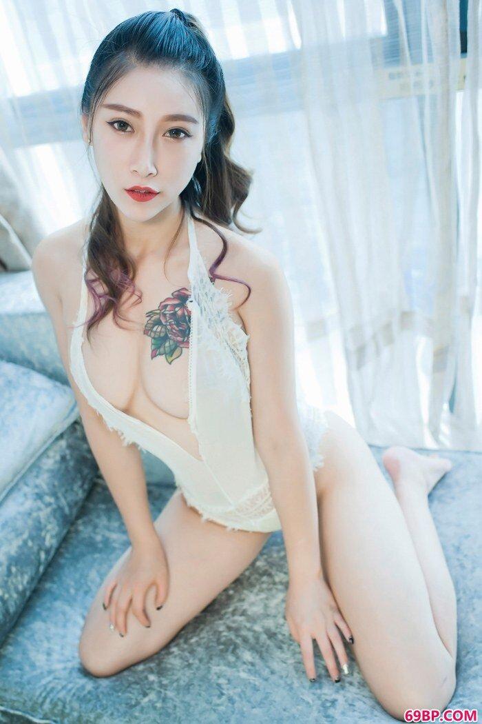 风情女神杜花花爆乳蕾丝魅惑妩媚_美女下面被男生戳出水