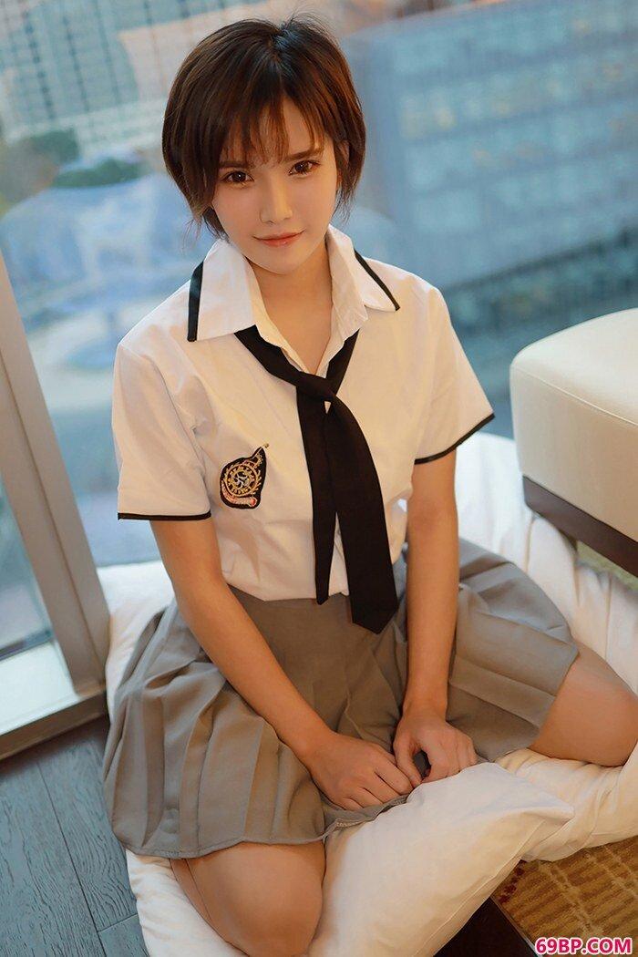 短发女郎小姿学生装如玉胴体分外撩人_大学时的班花13p