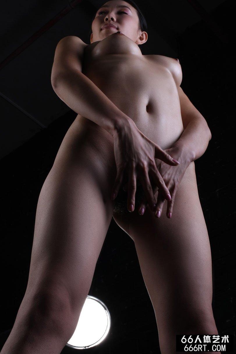 大胆女人体_黑白背景室拍身材很好的金灵