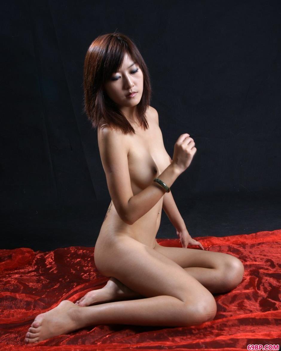 靓妹晴朗室拍红纱巾清纯美体