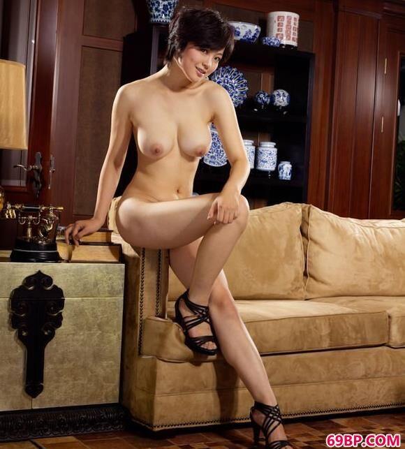 超模苏西沙发上的娇嫩美体_美女露屁股