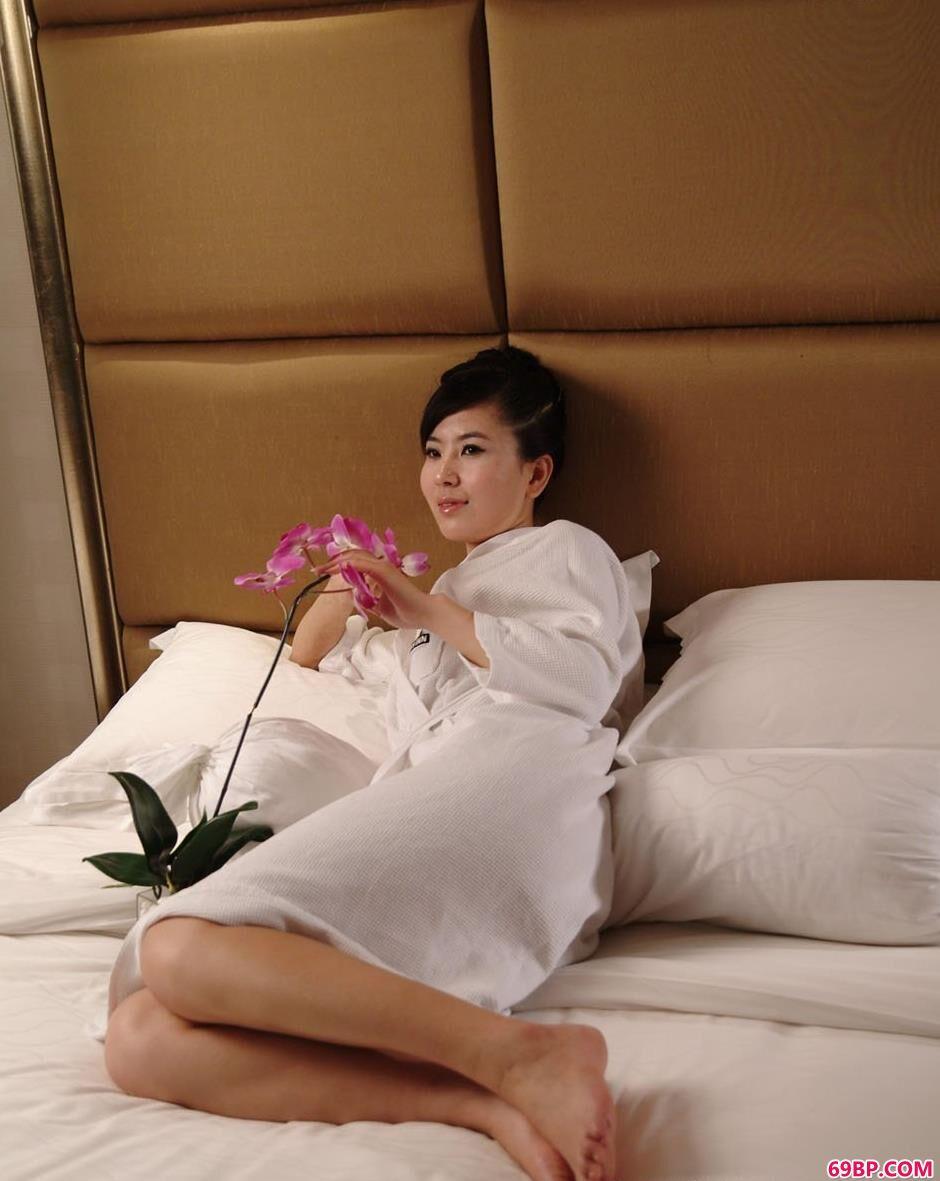 靓妹天虹在雪白的大床上秀美体