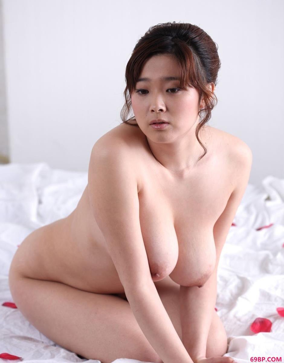 G奶美人冰漪玫瑰花瓣的床上人体2