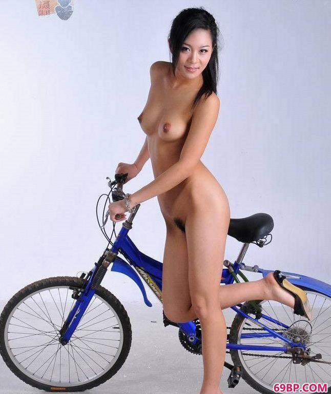666人体艺术_靓女名模寒磊骑单车
