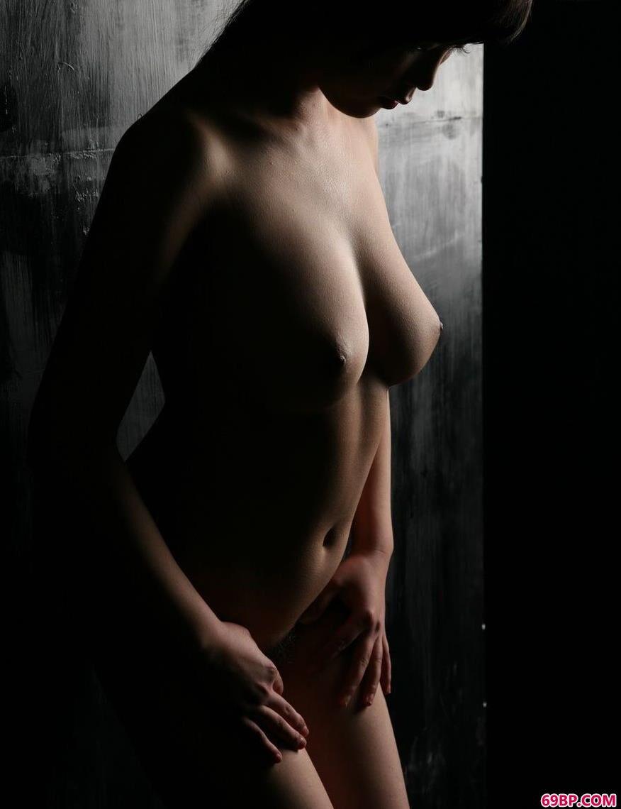 昏暗墙边的嫩模莫莫,似水流年人体艺术经典