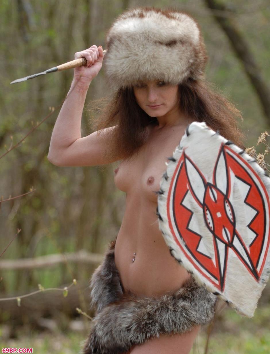 很奶网人体欣赏_美模Marusya树林里的野人美体