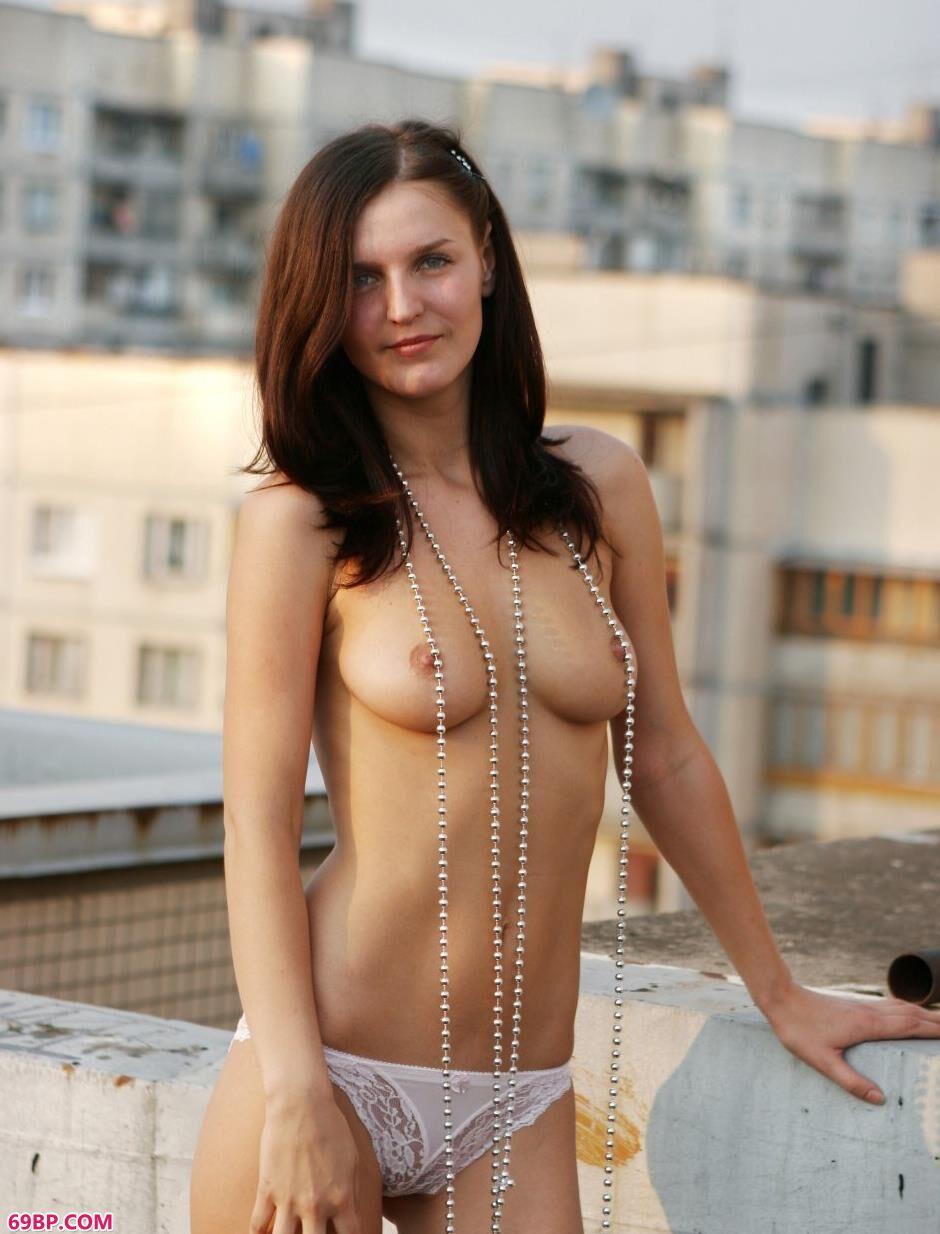 嫩模Tatyana天台上的美丽人体
