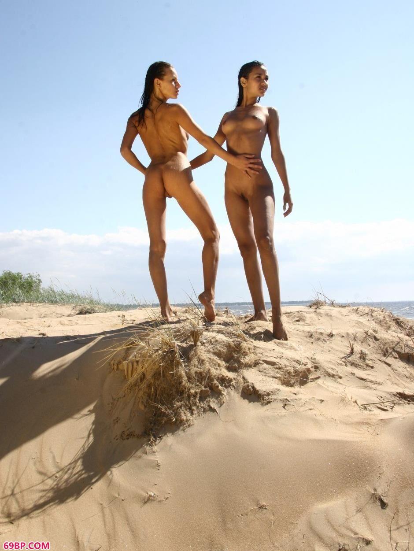名模Vika和Lidia沙滩上的清纯人体