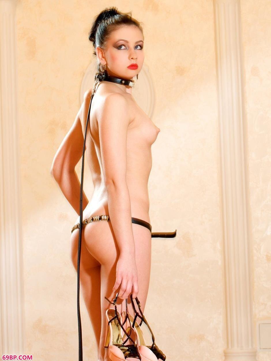 裸模Marina家中与狗狗的性感人体_美女透视