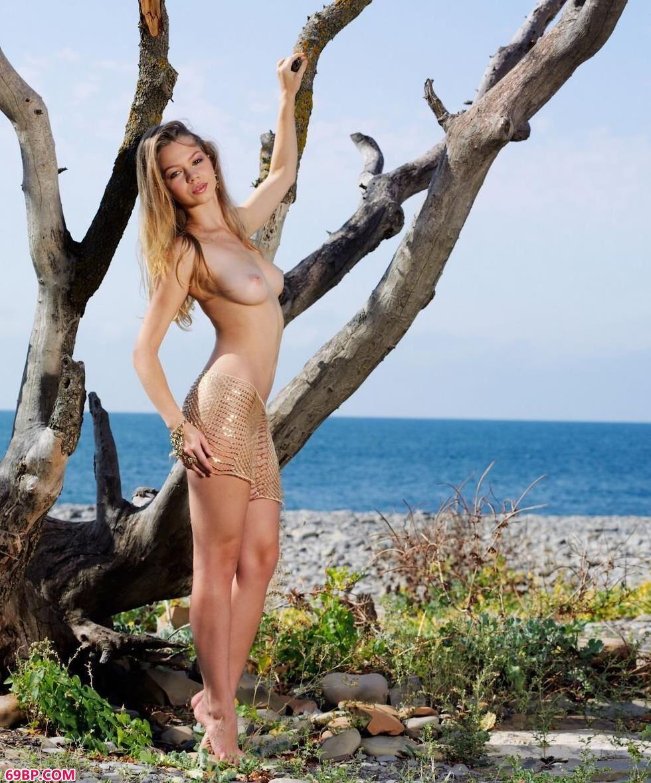中国人体艺术图片网_名模Amelia枯树下的魅惑人体