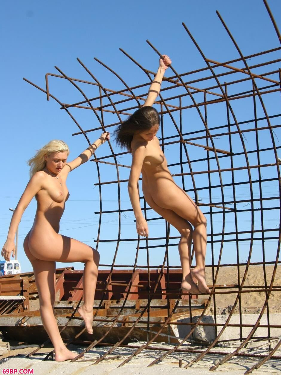 裸模Yana和VIKA高架桥上的勾人美体
