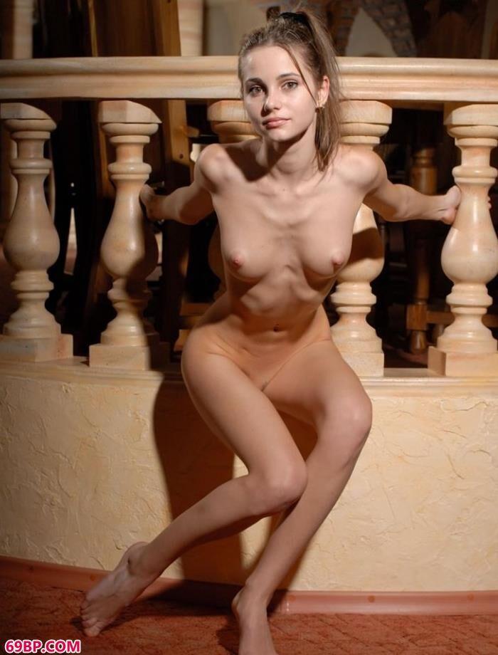 嫩模chelsea古典楼梯边的清纯人体