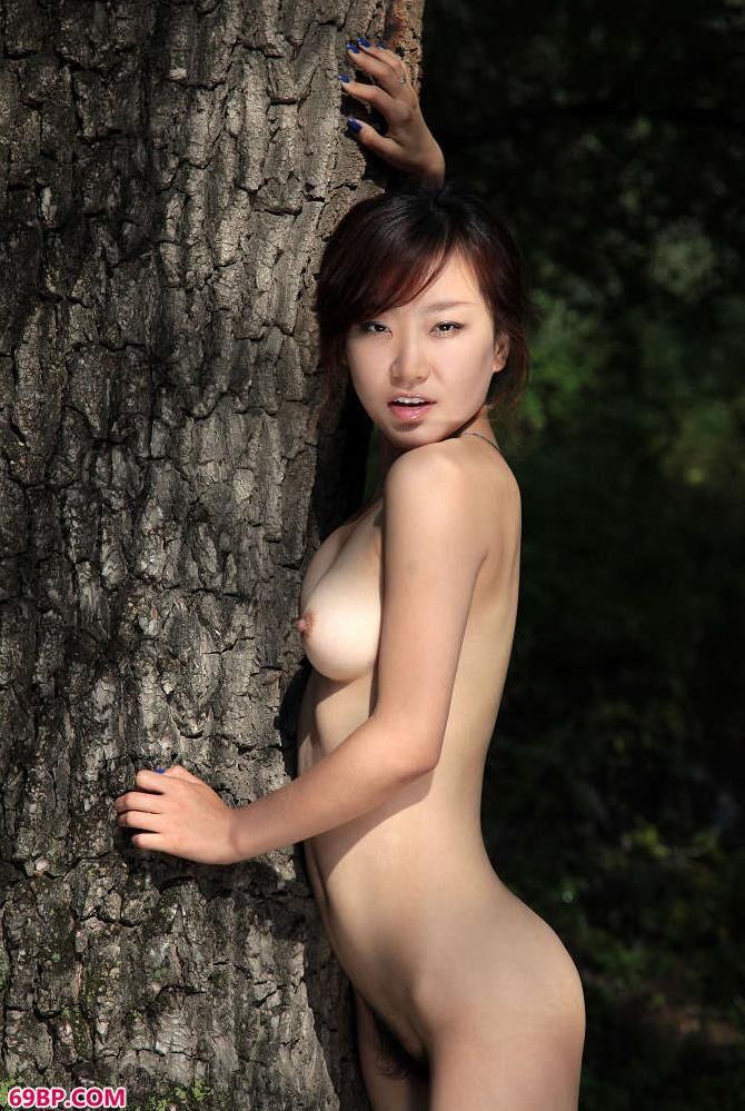 深情的依偎在大树的怀抱,中国韩国泰国gogo人体艺术
