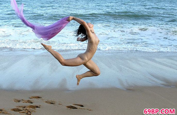 韩国靓女大尺度摄影集之海滩飞人